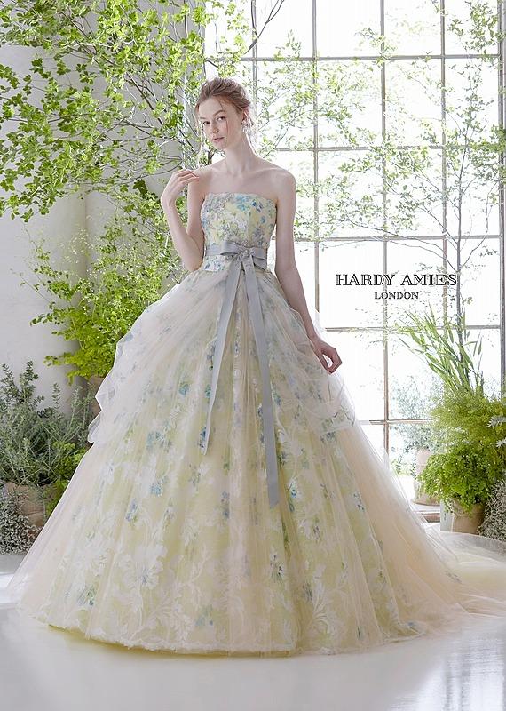 小花プリントのロマンテックなドレス