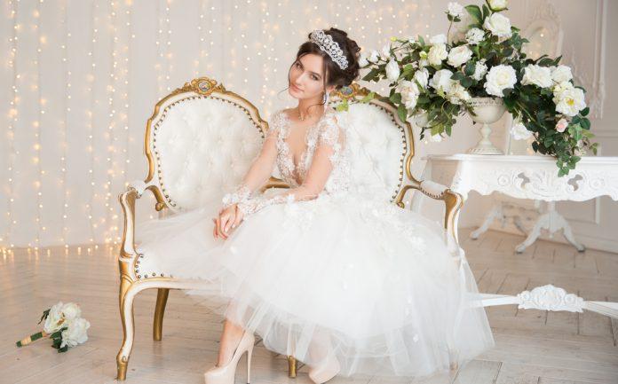 1bf5c8379d7ed ウエディングドレスの種類って? ミニ丈・ミモレ丈編 |結婚式やアイテムのお役立ち情報がいっぱい! Choole MAGAZINE