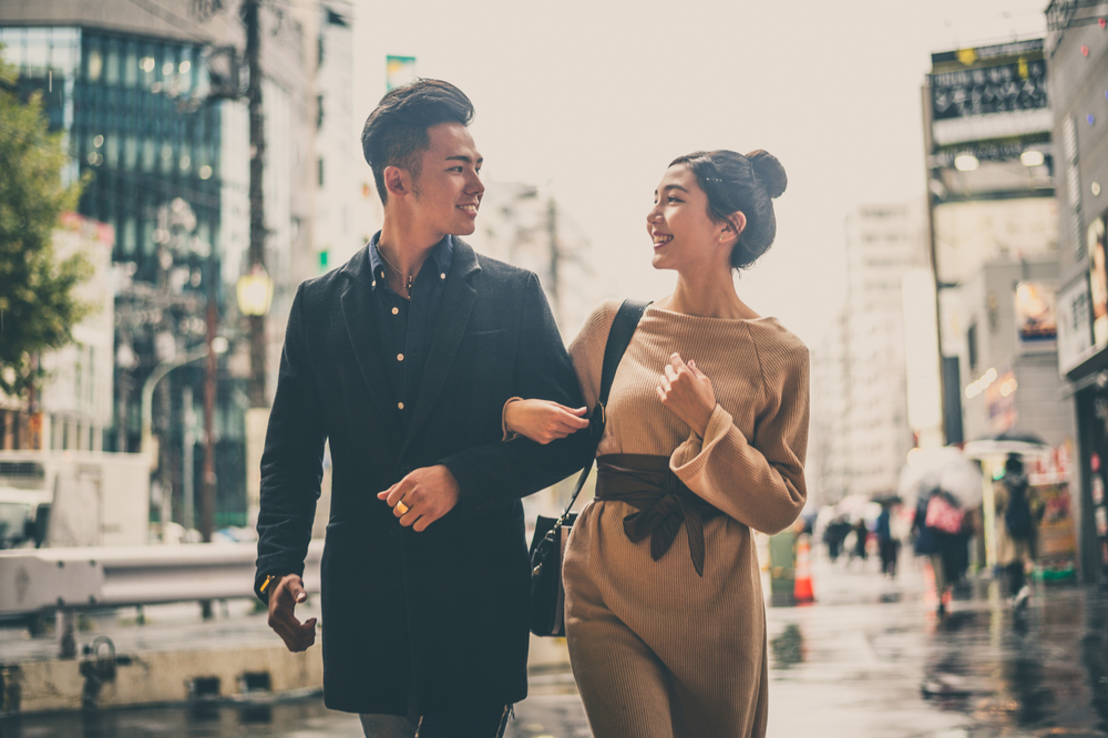 歩きながら結婚式について相談するカップル