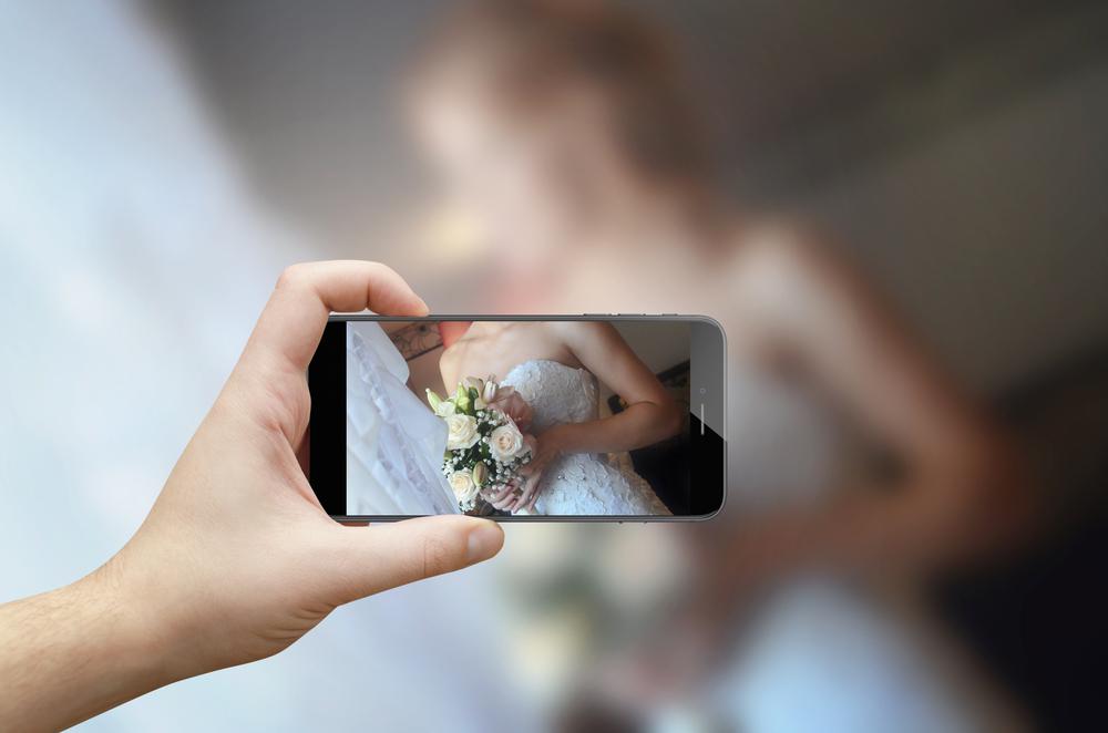カメラ越しのドレスを着た女性
