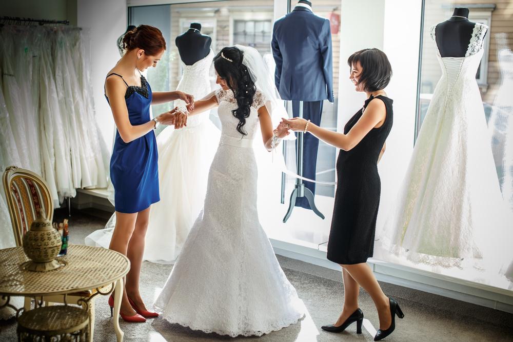 ドレスを試着している女性