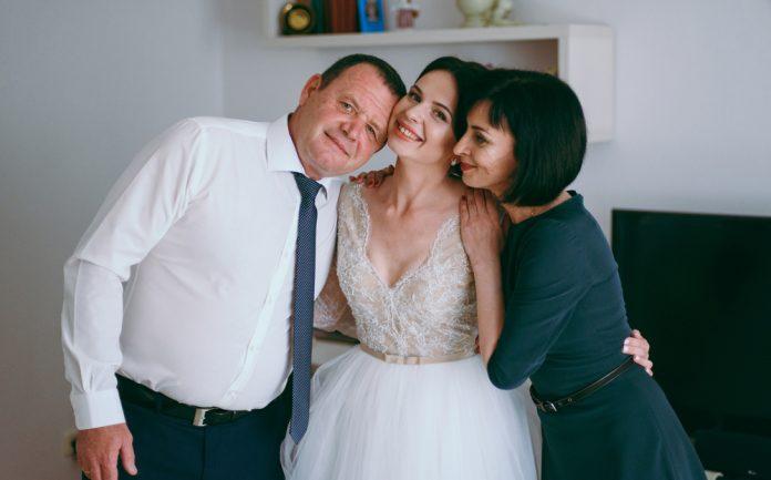 e129b4901c374 結婚式の親の挨拶10シーン!当日まで&当日に親がすべきこと完全ガイド|結婚式やアイテムのお役立ち情報がいっぱい! Choole MAGAZINE